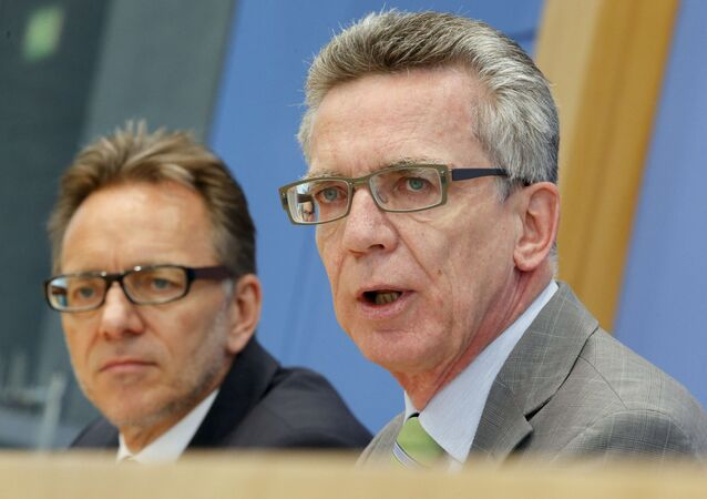 Holger Muench (L) Chief Commissioner of Germany's Bundeskriminalamt (BKA) Federal Crime Office and Interior Minister Thomas de Maiziere present the annual report on organized crime inGermany during a news conference in Berlin, Germany, October 6, 2015