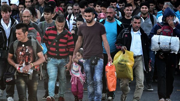 Refugees and migrants disembark from a ferry from Lesbos island in the port of Piraeus on October 6, 2015. Some 7000 migrants and refugees are expected to arrive to the port of Piraeus on October 6, on chartered or line ferries, according to Greek media - Sputnik International