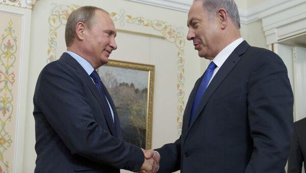 Russian President Vladimir Putin shakes hands with Israeli Prime Minister Benjamin Netanyahu - Sputnik International
