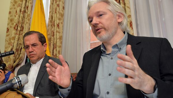 In this Aug. 18, 2014, file photo, Ecuador's Foreign Minister Ricardo Patino, left, and WikiLeaks founder Julian Assange speak during a news conference inside the Ecuadorian Embassy in London. - Sputnik International