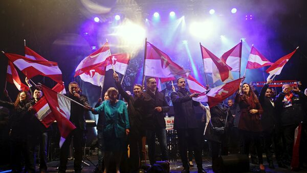 Head of the Austrian Freedom Party (FPOe) Heinz-Christian Strache (C) and party members wave to the audience after his party's final election rally ahead of regional elections in Vienna, Austria, October 8, 2015. - Sputnik International