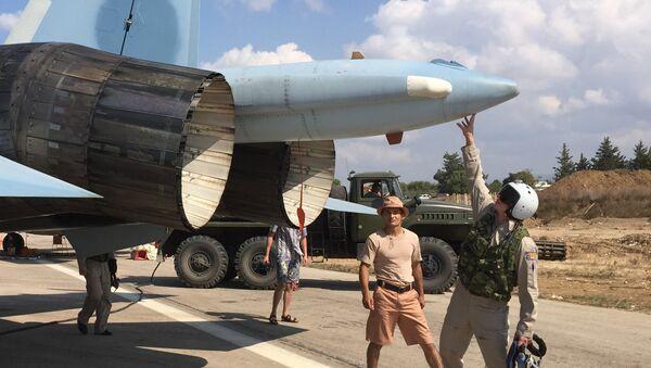 Russian pilots ready a Su-30 fighter for a raid at Hmeimim aerodrome in Syria. - Sputnik International