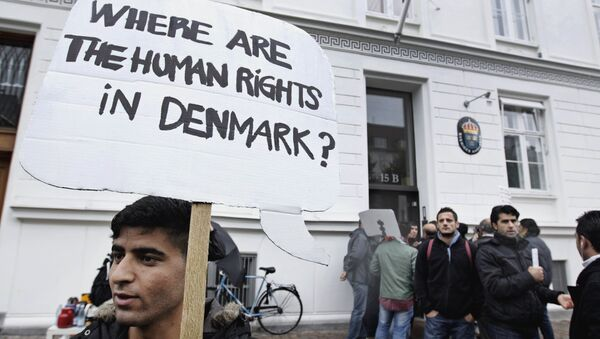 Some thirty Syrian refugees from different camps seeking asylum hold banners outside the Swedish Embassy in Copenhagen, Denmark on Wednesday, Sept. 26, 2012. - Sputnik International