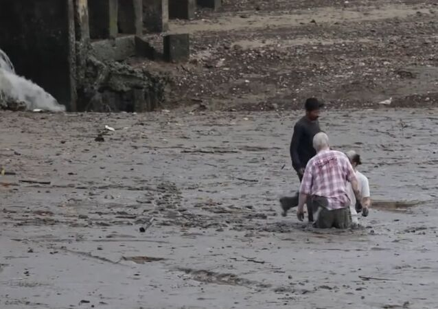 Hero of the Thailand allows foreign lovers out of the mud sucking at Krabi