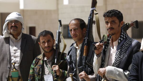 Shiite rebel fighters, known as Houthis, hold their weapons during a tribal gathering to show support for the Houthi movement in Sanaa, Yemen. - Sputnik International