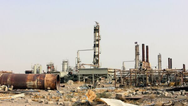 Destruction at Beiji oil refinery during the military operations, some 250 kilometers (155 miles) north of Baghdad, Iraq, Thursday, Oct. 22, 2015. - Sputnik International