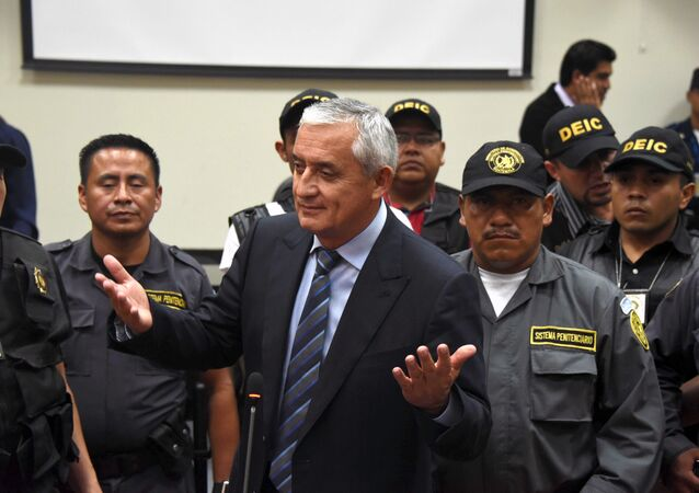 Guatemalan ex-President Otto Perez (C) speaks with journalists at the end of a hearing at the Supreme Court in Guatemala City on September 4, 2015