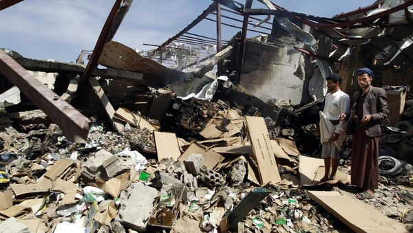 Workers inspect the rubble of a food storage warehouse destroyed by a Saudi-led airstrike in Sanaa, Yemen, Monday, Oct. 26, 2015 - Sputnik International