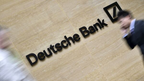 Workers walk past the London headquarters of Deutsche Bank in the City of London, Britain in this May 19, 2015 file photo - Sputnik International