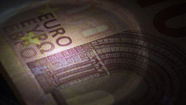 A picture taken on July 6, 2015 in Paris show 10-euro banknotes. - Sputnik International
