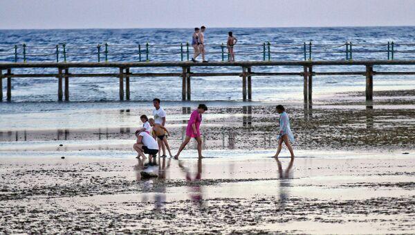 Tourists walk by the beach at the Egyptian Red Sea resort of Sharm el-Sheikh on November 2, 2015. - Sputnik International