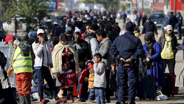 Migrants wait to enter a registration camp in Presevo, Serbia October 25, 2015 - Sputnik International