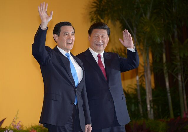 Chinese President Xi Jinping and Taiwan President Ma Ying-jeou wave to journalists before their meeting at Shangrila hotel in Singapore on November 7, 2015