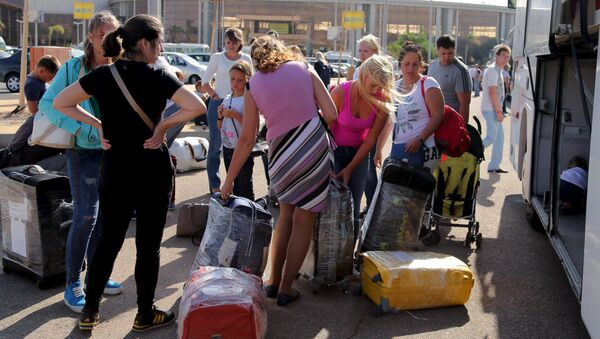 Russian tourists double pack their luggages that will be shipped separately for more security on board the airplane at the airport of the Red Sea resort of Sharm el-Sheikh, November 7, 2015 - Sputnik International