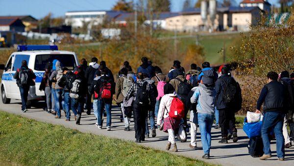 Migrants are escorted by German police to a registration centre, after crossing the Austrian-German border in Wegscheid near Passau, Germany, November 1, 2015 - Sputnik International