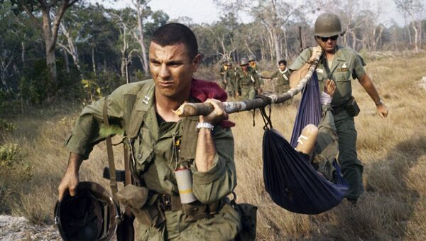 U. S. soldier giving first aid to the wounded in Vietnam in 1968 - Sputnik International
