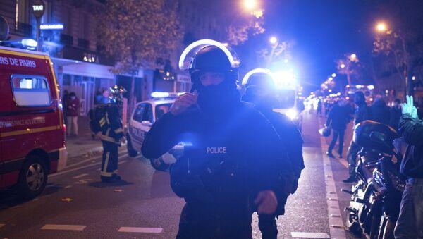 Elite police officers arrive outside the Bataclan theater in Paris, France, Wednesday, Nov. 13, 2015. - Sputnik International