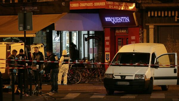 Forensic police search for evidences outside the La Belle Equipe cafe, rue de Charonne, at the site of an attack on November 14, 2015 in Paris, after a series of gun attacks occurred across the city. More than 100 people were killed in a mass hostage-taking at a Paris concert hall and many more were feared dead in a series of bombings and shootings, as France declared a national state of emergency - Sputnik International
