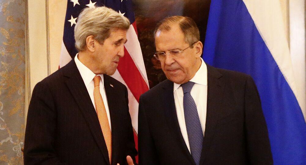 Sergei Lavrov (R) and US Secretary of State John Kerry