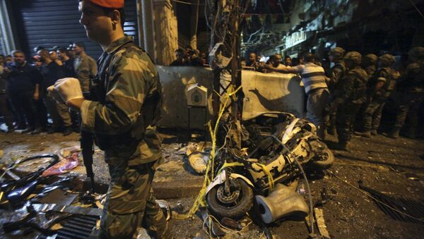 Residents and Lebanese army members inspect a damaged area caused by two explosions in Beirut's southern suburbs, Lebanon November 12, 2015 - Sputnik International