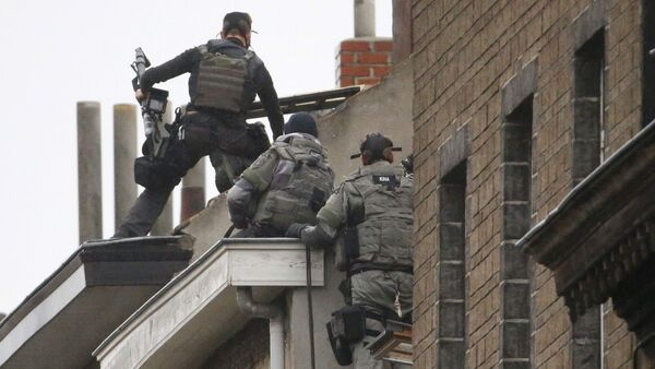 Belgian special forces police climb high on an apartment block during a raid, in search of suspected muslim fundamentalists linked to the deadly attacks in Paris, in the Brussels suburb of Molenbeek, November 16. 2015 - Sputnik International