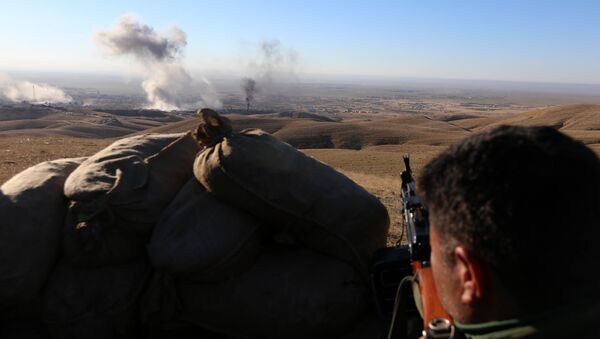 Iraqi Kurdish forces take part in an operation backed by US-led strikes on the outskirts of northern Iraqi town of Sinjar on November 12, 2015, to retake the town from the Islamic State group and cut a key supply line to Syria - Sputnik International