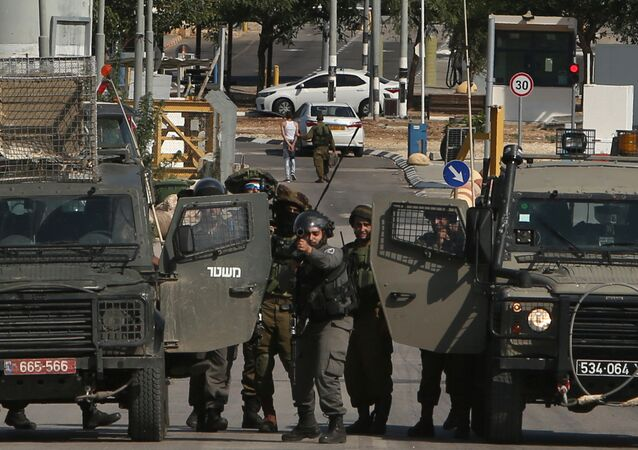 Israeli security forces keep position as they prevent Palestinians from approaching the Jalama border crossing between Israel and the occupied West Bank on Novembre 2, 2015.