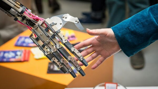 Man And Man-Made: Robot Shakes Hand of Creator - Sputnik International