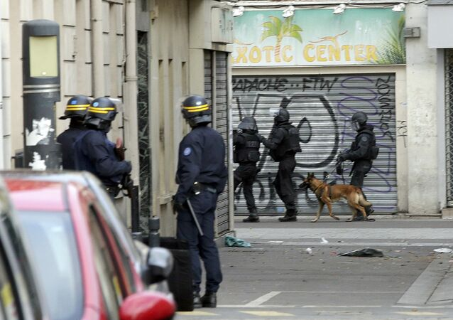 Members of special French RAID forces with a police dog and French riot police (CRS) secure the area during an operation in Saint-Denis, near Paris, France, November 18, 2015 to catch fugitives from Friday night's deadly attacks in the French capital