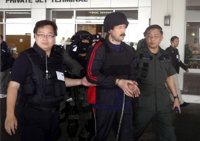 Alleged Russian arms trafficker Viktor Bout, center, escorted by Thai police commandos, arrives at Don muang airport in Bangkok. (File)