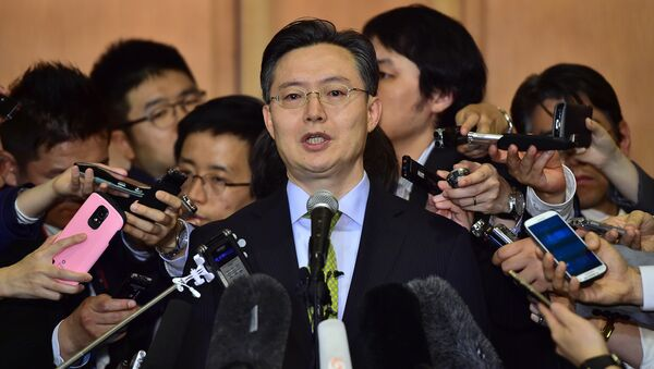 Hwang Joon-Kook (C), South Korean special representative for Korean Peninsula peace and security affairs, speaks to the media after a meeting with his Japanese counterpart Junichi Ihara and US counterpart Sung Kim at a hotel in Seoul on May 27, 2015 - Sputnik International
