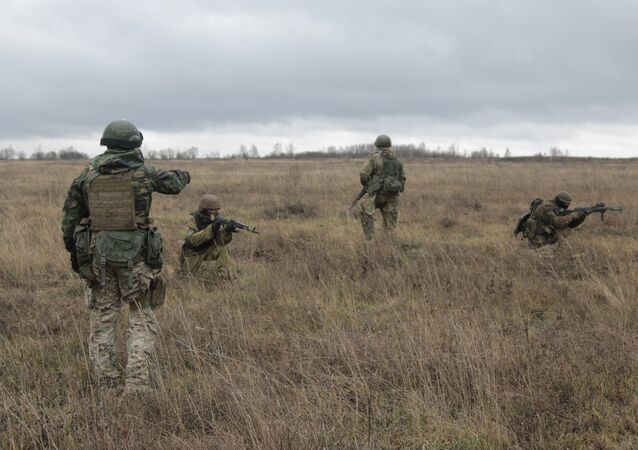 US special forces instructor, left, trains Ukrainian soldiers at the military training ground in Ukraine's Khmelnitsk region Saturday, Nov. 21, 2015