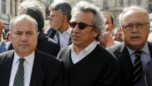 Can Dundar, editor-in-chief of the Cumhuriyet newspaper (C), is seen during a press freedom march in central Istanbul, Turkey, October 3, 2015 - Sputnik International
