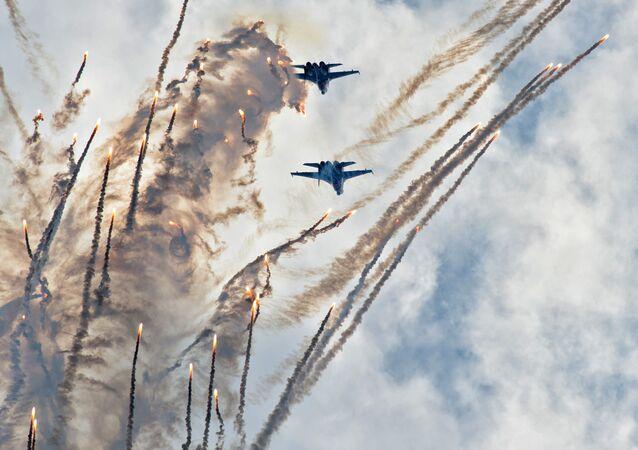 Demonstration flights with of the Russkiye Vityazi aerobatics group: Fountain disengagement with shooting heat flares