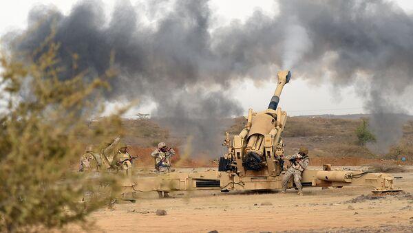 Saudi army artillery fire shells towards Yemen from a post close to the Saudi-Yemeni border, in southwestern Saudi Arabia, on April 13, 2015 - Sputnik International