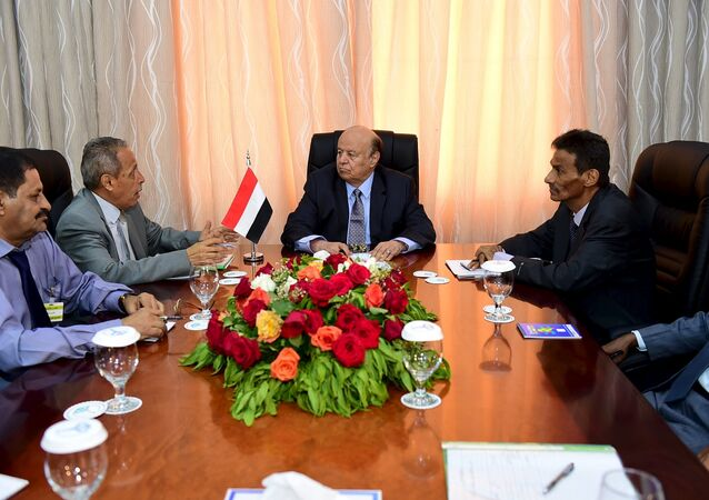 Yemen's President Abd-Rabbu Mansour Hadi (C) meets with government officials in the country's southern port city of Aden, December 1, 2015