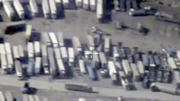 An undated still image taken from a video made available by the Russian Defence Ministry in Moscow, Russia December 2, 2015, shows the Turkish-Syrian border crossing. Russia's defence ministry officials displayed satellite images on Wednesday which they said showed columns of tanker trucks loading with oil at installations controlled by Islamic State in Syria and Iraq, and then crossing the border into neighbouring Turkey - Sputnik International