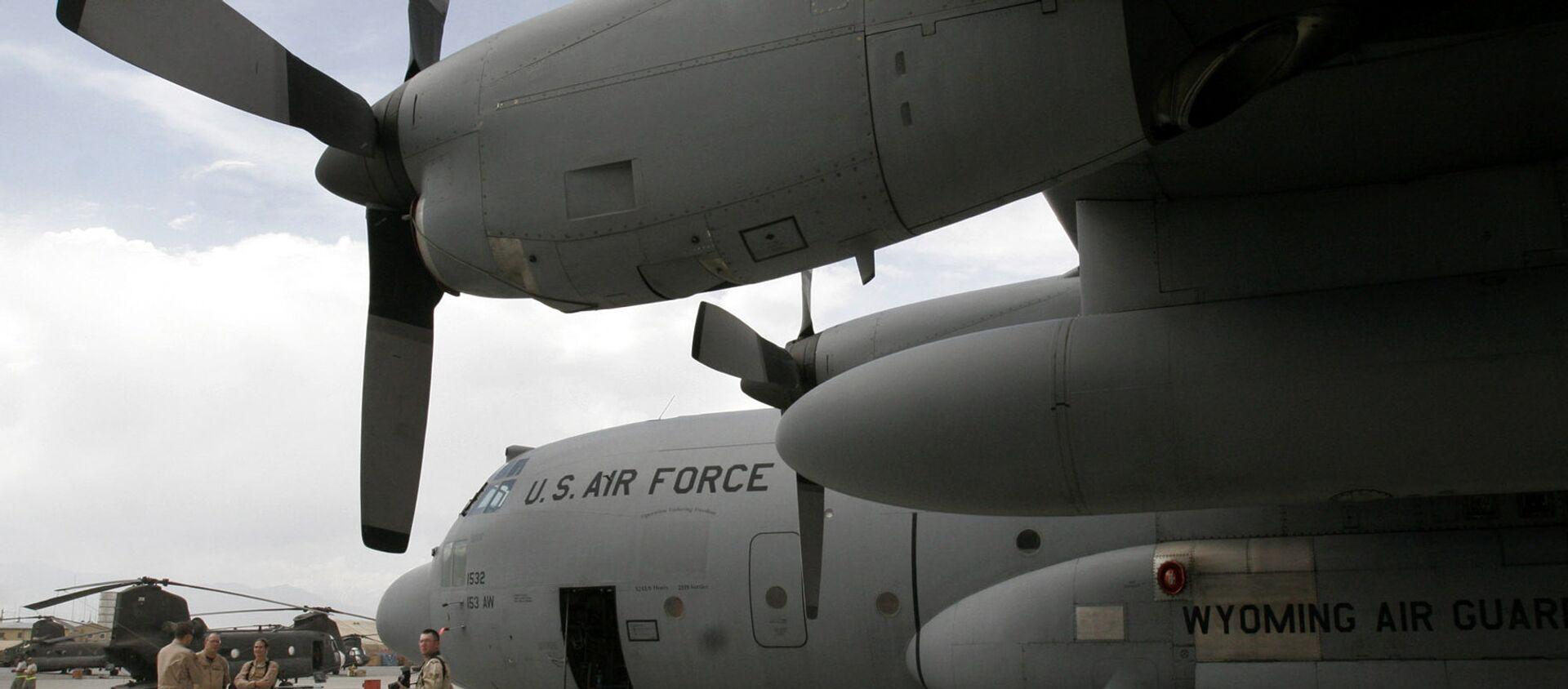 U.S. soldiers are seen near a U.S. air force plane on the runway at the main U.S. air base in Bagram, Afghanistan. (File) - Sputnik International, 1920, 31.07.2021