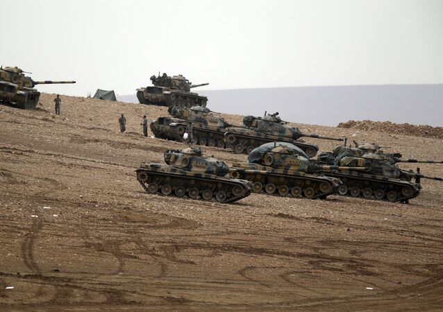 Turkish soldiers hold their positions with their tanks