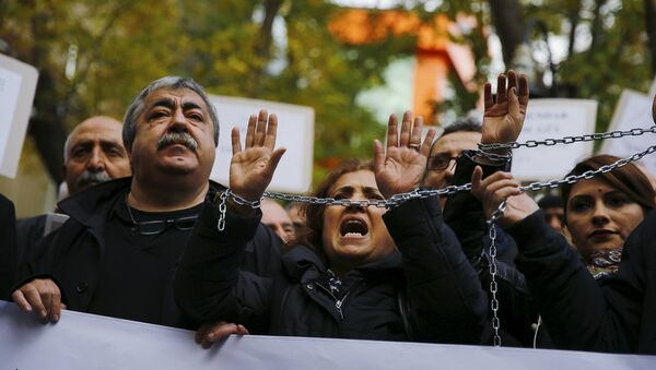 Demonstrators raise their chained hands during a protest over the arrest of journalists Can Dundar and Erdem Gul in Ankara, Turkey, November 27, 2015 - Sputnik International
