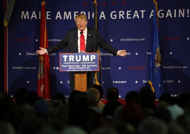 Donald Trump hablando durante un acto en el portaaviones USS Yorktown en Mount Pleasant, Carolina del Sur, el 7 de diciembre del 2015