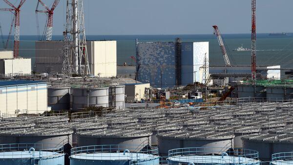 A coast guard vessel (back R) patrols the waters off the Fukushima Daiichi nuclear power plant in Okuma, Fukushima prefecture on October 9, 2015. - Sputnik International