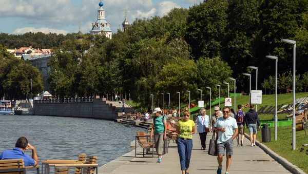 People relax on the Moskva-river embankment on the territory of the Vorobyovy Gory Nature Park, Moscow - Sputnik International