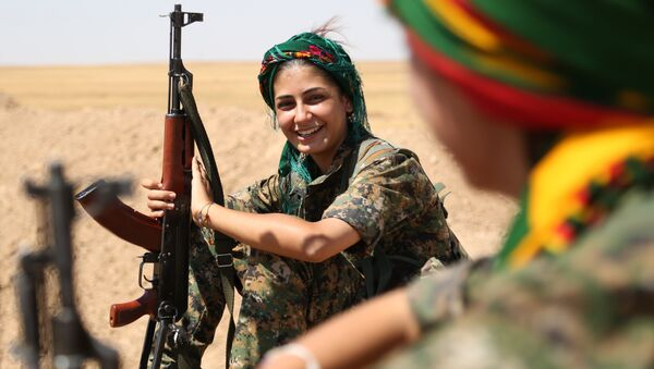 Female fighters from the Kurdish People Protection Unit (YPG) take a break on the front line in the northeastern Syrian city of Hasakeh on September 4, 2015. - Sputnik International