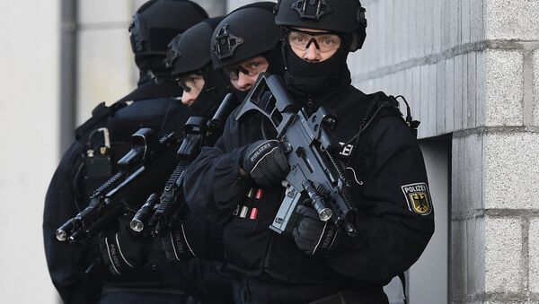 Members of the German police's so-called BFE+ (Evidence and Arrestment Unit) anti terror unit present a training operation in Berlin's Ahrensfelde district on December 16, 2015. - Sputnik International