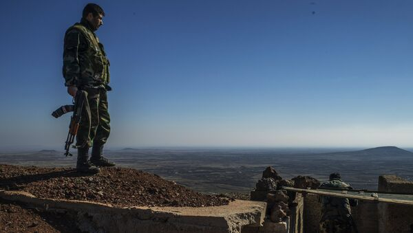 Soldiers of the Syrian Arab Army at an observation post at the frontline in the al-Kom village of the Quneitra province in Syria - Sputnik International