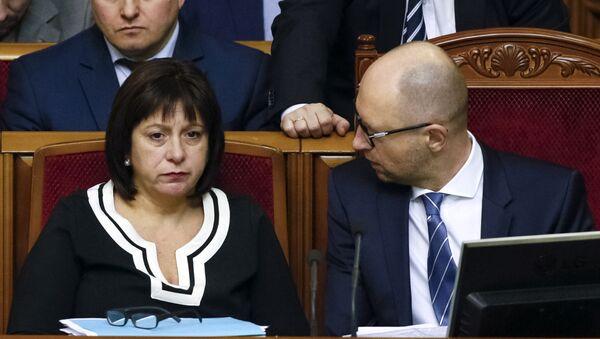 Ukraine's Prime Minister Arseny Yatseniuk (R) and Finance Minister Natalia Yaresko attend a session of parliament in Kiev, Ukraine, December 17, 2015 - Sputnik International