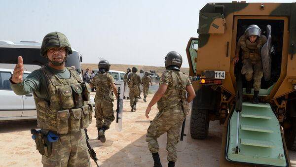 Turkish security forces block the road leading to Cizre, on September 9, 2015 - Sputnik International