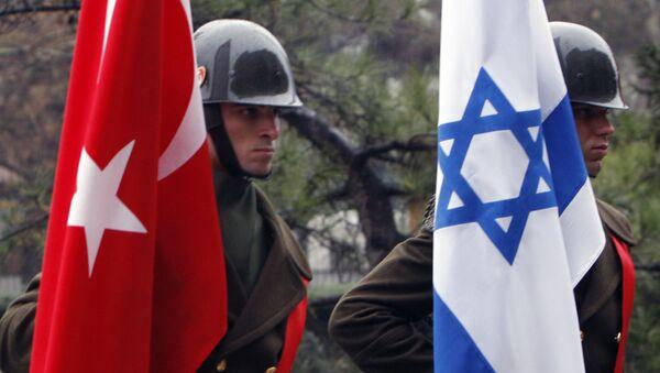 Turkish honour guard soldiers hold an Israeli, right, and Turkish flag, Ankara, Turkey (File) - Sputnik International