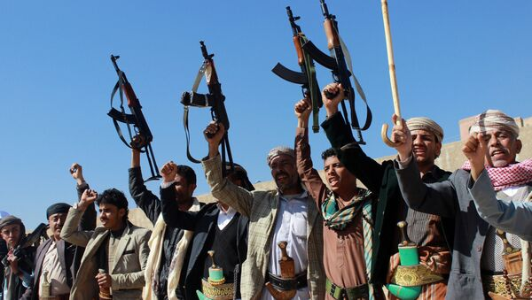 Supporters of Shiite Huthi rebels and militiamen shout slogans raising their weapons during a rally against the Saudi-led coalition, which has been leading the war against the Iran-backed rebels, on December 17, 2015 in Sanaa - Sputnik International
